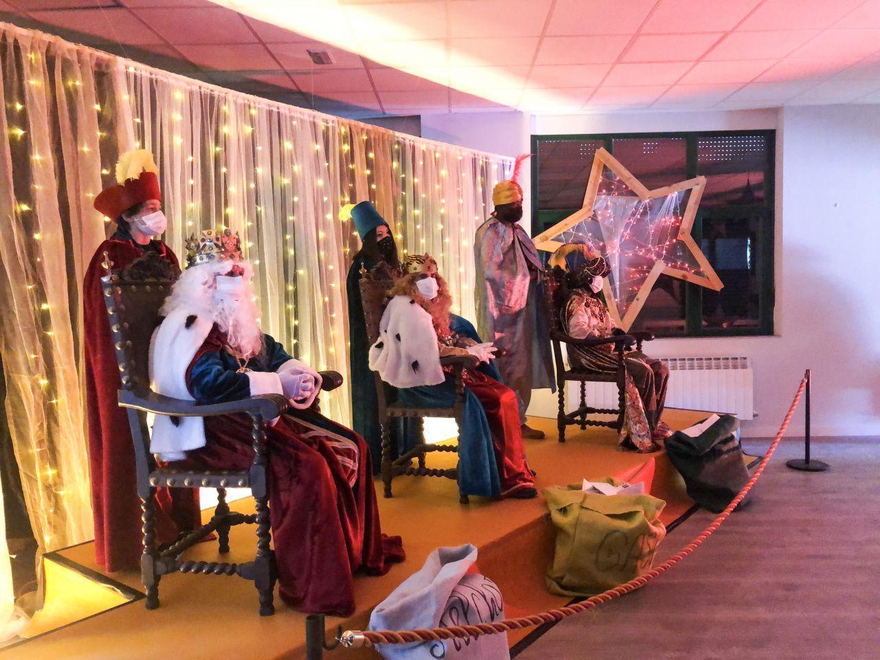 Los Reyes estubieron en varios barrios de la ciudad recibiendo a los niños para recoger sus peticiones.
