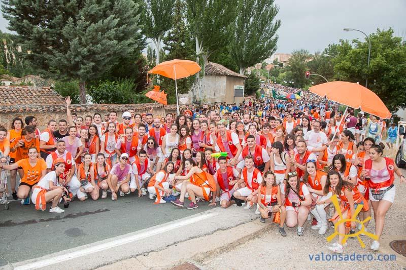 Desfile de la banda municipal y bajada a las bailas de la peñas.