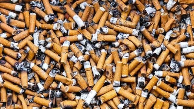 Jugando A Recoger Colillas De Cigarro