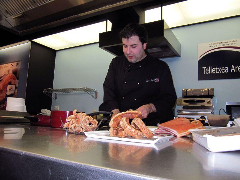 Los más selectos hosteleros de Vitoria-Gasteiz conocen los secretos del Torrezno de Soria gracias a un show cooking
