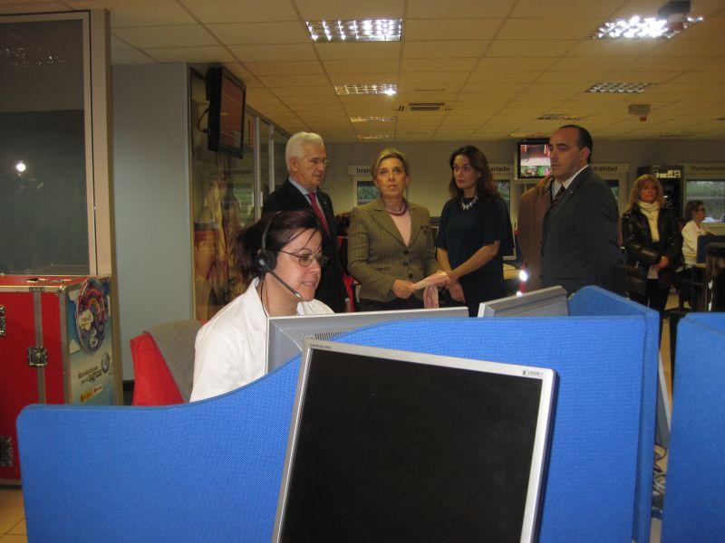 La delegada del Gobierno se interesa por el servicio de teléfono de atención y protección a víctimas de violencia de género (ATENPRO) en Castilla y León