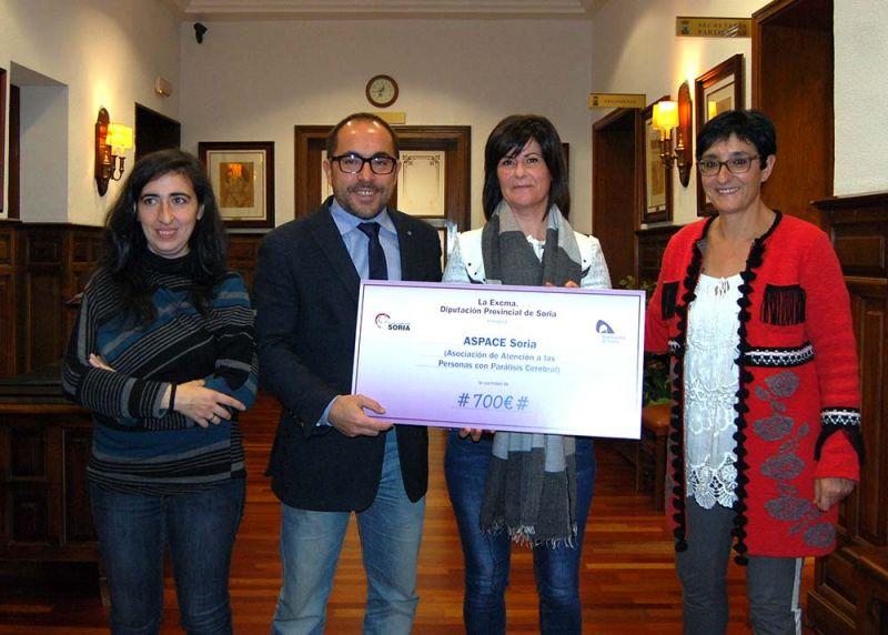 Luis Rey hace entrega a Aspace de los 700 euros obtenidos en el mercadillo solidario celebrado en la residencia de El Burgo
